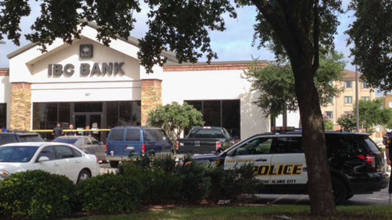 sapd customers pistol whipped during bank robbery. Black Bedroom Furniture Sets. Home Design Ideas
