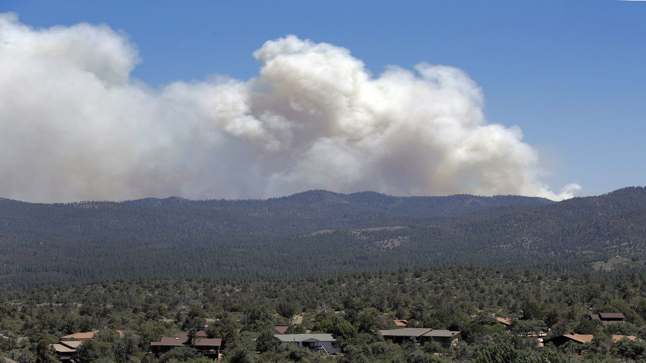 Thousands in Arizona flee flames as wildfires sweep West
