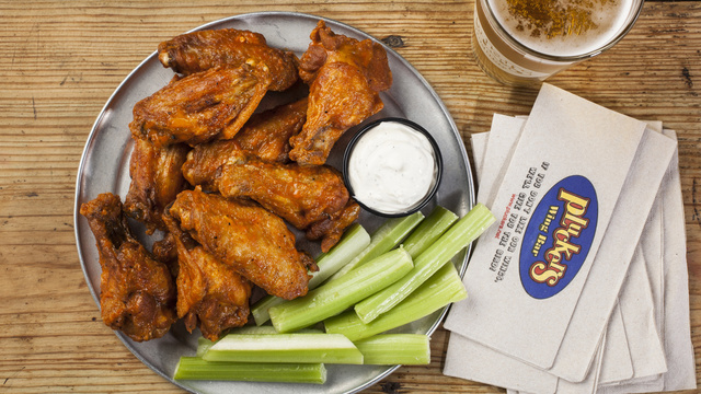 Pluckers Wing Bar offering free food at new San Antonio location