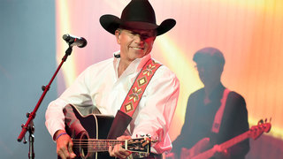 George Strait breaks his own attendance record at NRG Stadium
