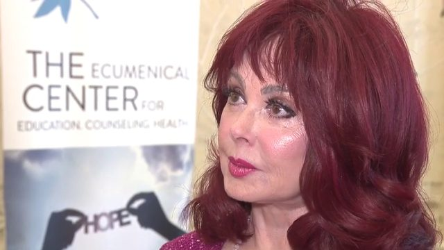 Naomi Judd talks about mental health battles, health challenges with SA crowd